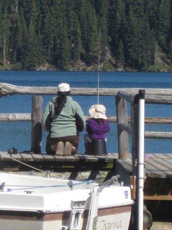 Odell Lake Lodge & Resort: Fishing off the dock