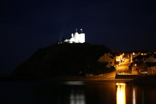 Rhos Country Cottages: criccieth castle at night