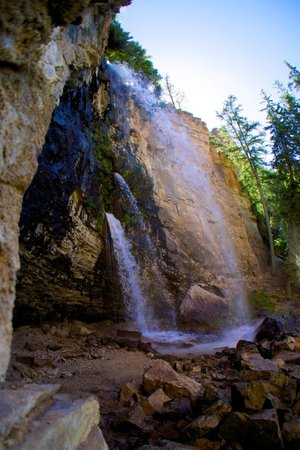 Hanging Lake: Spurting rock source above the falls