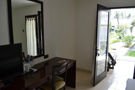 Legong Keraton Beach Hotel: Bedroom