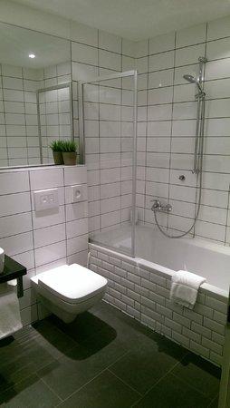 Hotel Duesseldorf Mitte : bathtub!!!!