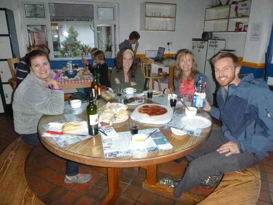 Cashel Holiday Hostel: Eating in the kitchen