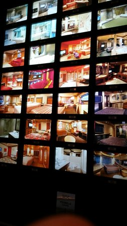 Le Chabrol Hotel & Suites : Lobby photo/room selection wall.