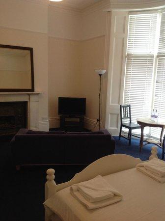 Court Craven Guest House: Spacious lounge area