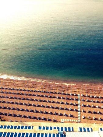 Lloyd's Baia Hotel : Vista camera meravigliosa!! Ecco la spiaggia dell'hotel