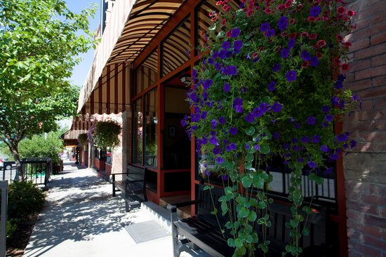 Hotel Prairie: Hotel Streetside