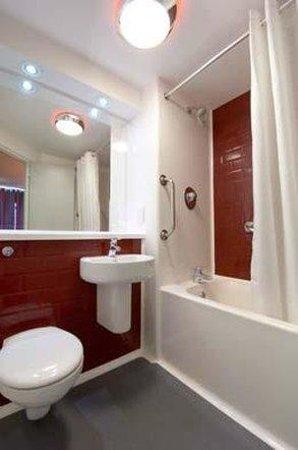 Travelodge Chester Northop Hall: Bathroom