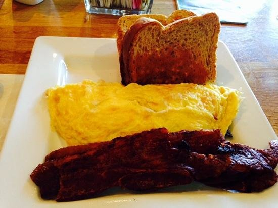 Nipper's Cafe & Steakhouse : delicious and fluffy omelette with marinated mushrooms and sharp VT cheddar