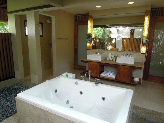 Eskaya Beach Resort & Spa: Bathroom (you can see the waterfall shower in the mirror)