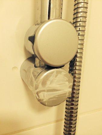 Morehampton Townhouse: Room 32 Sellotape on the shower