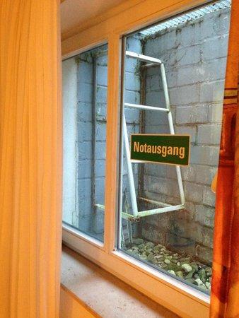 Messehotel Medici: Vue magnifique de la chambre -  FUIR !!!!