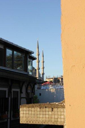 Sufi Apart Hotel: vista della moschea blu dal terrazzo