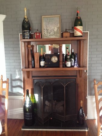 The Brentwood Restaurant & Wine Bistro: Fireplace in one of the front dining rooms.