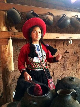 Centro de Textiles Tradicionales del Cusco: Flor,  16 anos, uma verdadeira artesã professora.