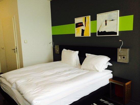 Centerhotel Arnarhvoll: King sized bed