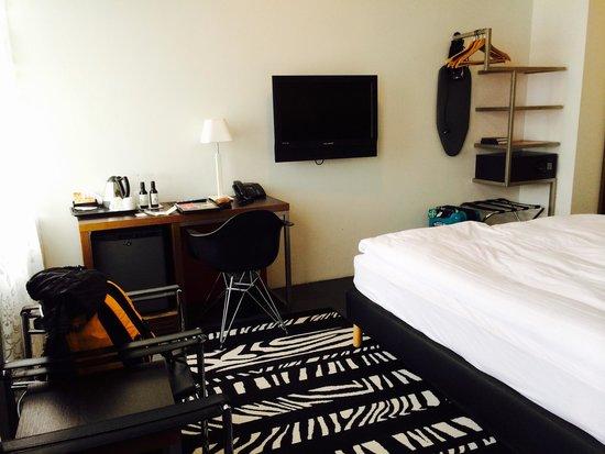 Centerhotel Arnarhvoll: Mini fridge, safe, desk & TV
