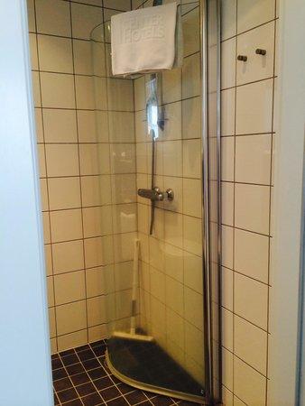 Centerhotel Arnarhvoll: One sided shower with squeegee