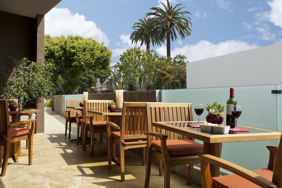 Elan Hotel: Outdoor Patio