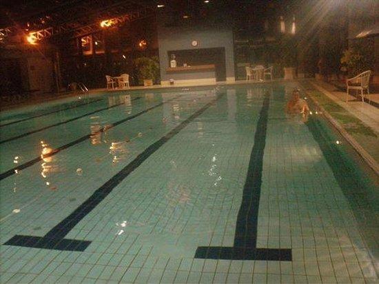 Radisson Montevideo Victoria Plaza Hotel: Piscina climatizada