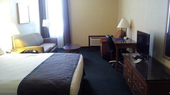 BEST WESTERN Pasadena Royale : view of bedroom suite