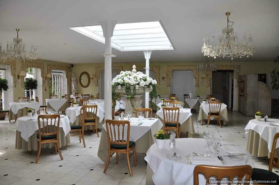 PowderMills Hotel & Restaurant: Spacious dining room