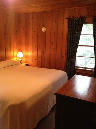 Ross' Teal Lake Lodge & Teal Wing Golf Club: Woods Hill bedroom with king bed.