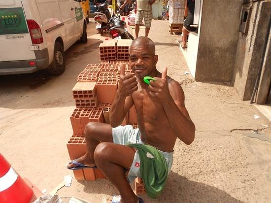 """Favela Tour : The builder with his wrist band """"I Love Rosina"""""""