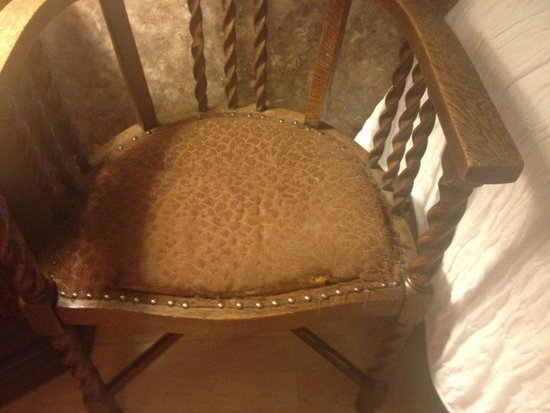 Boca del Cielo Inn: Dusty bedroom chair was covered with huge bedspread, extremely worn seating