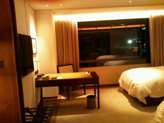 The Shilla Seoul : 窓のブラインドは部屋のキーを入れると開き、抜くと閉まります