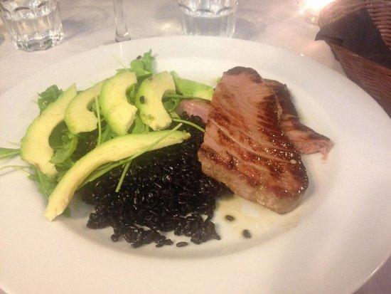 Les Chambres d'Or Hotel: Nydelig Tunfisk med sort ris og avokado