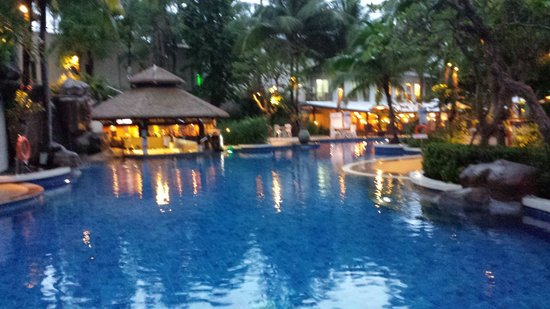 Horizon Karon Beach Resort & Spa: The main pool and poolside bar