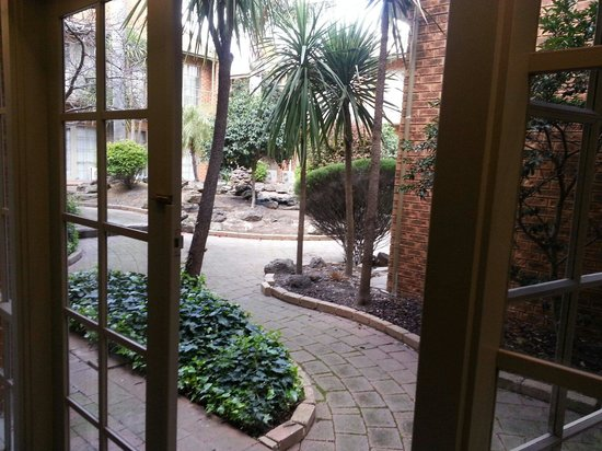 Quality Hotel Melbourne Airport : The courtyard is lovely