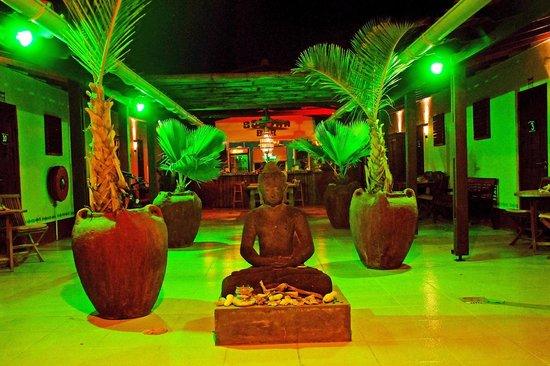 The Lodge Bed & Breakfast : Budha @ Night