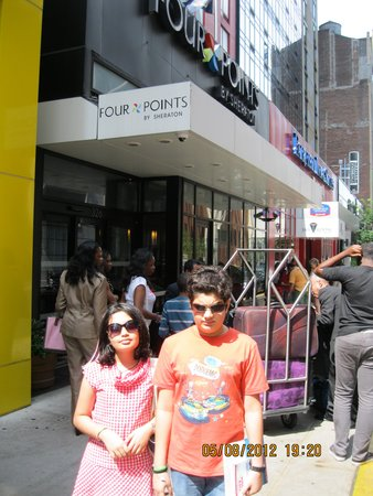 Four Points by Sheraton Midtown - Times Square : Kids outside Four Points By Sheraton Times Square