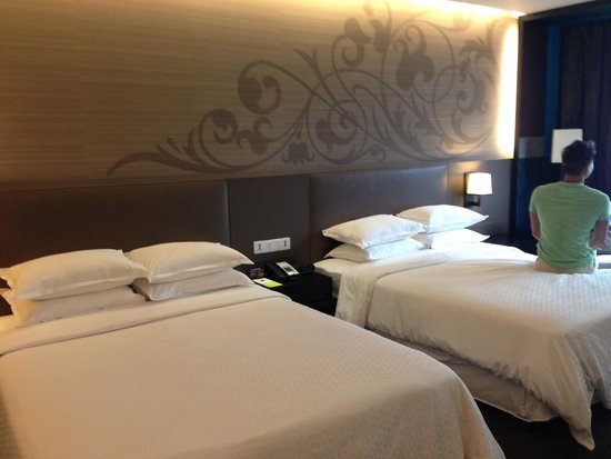 Four Points By Sheraton Bangkok, Sukhumvit 15: 2 queen beds but room still spacious