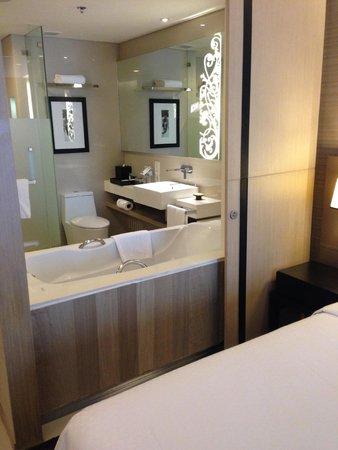 Four Points By Sheraton Bangkok, Sukhumvit 15: see-through bathroom with optional curtain