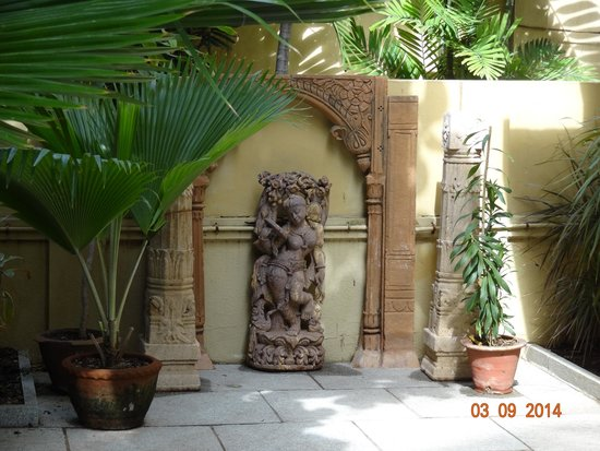 Hanu Reddy Residences,Wallace Garden: sculpture ....