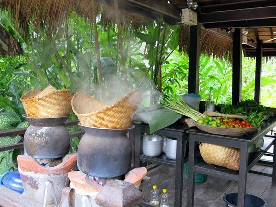 Tamarind Cooking Courses: Making steamed sticky rice.