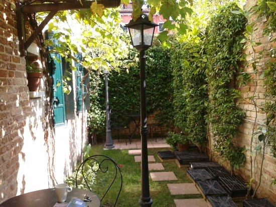 Santa Margherita Guesthouse: garden area