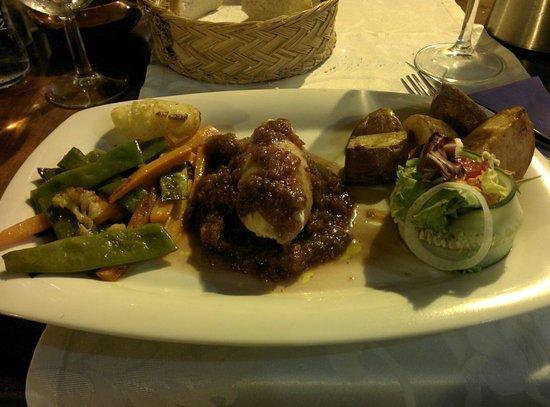 Ca'n Barraixet: Rouleau de poulet farcis aux champignons, compotée de figues et petits légumes.