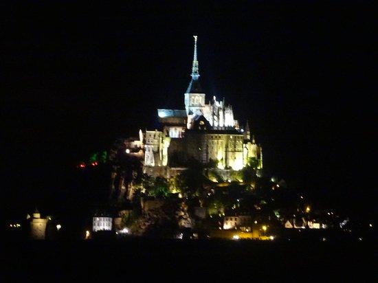 Le Relais Saint-Michel : モンサンミッシェルのライトアップ(部屋から)