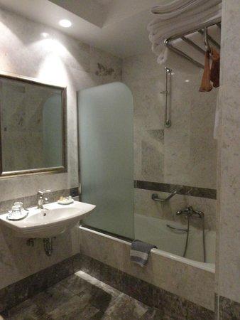 Best Western Museum Hotel : clean and big bathroom