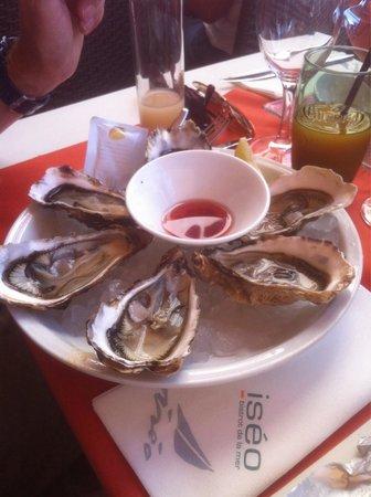 Iséo : Huîtres servies sur son lit de glace accompagné d'un vinaigre de vin échalote...