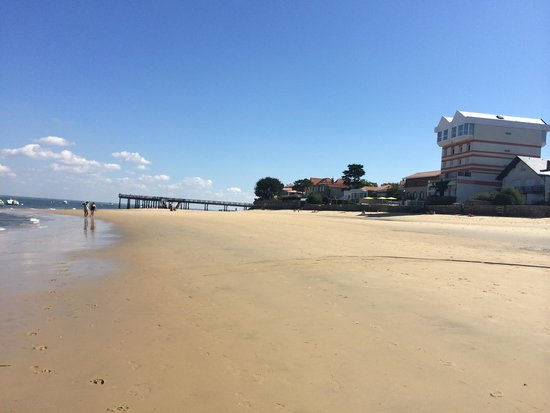 Hôtel les Vagues : Beach view of the hotel