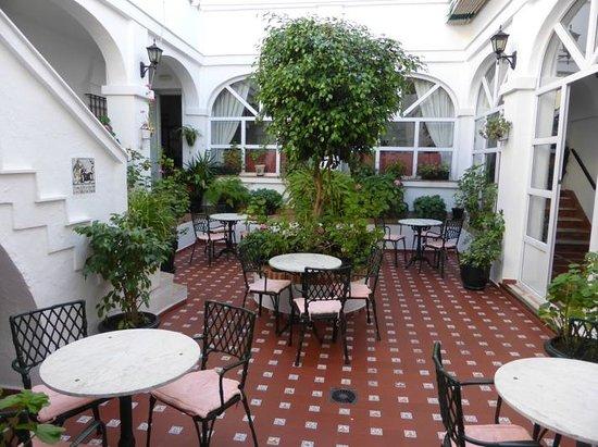 Hotel Los Olivos: Patio
