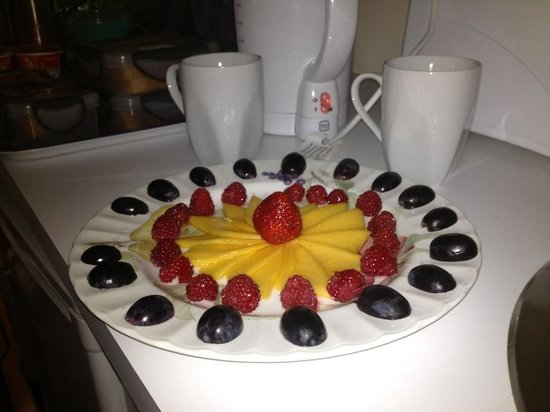 Magnetic Sunsets B&B : Delicious fruit platters