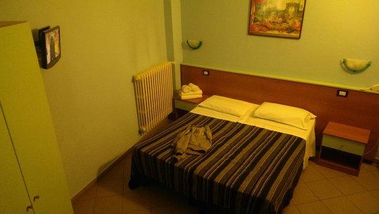 Hotel Mercurio : Camera spaziosa e ben illuminata