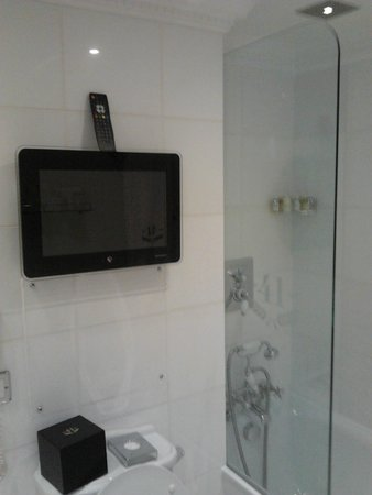 Hotel 41 : tv in bathroom