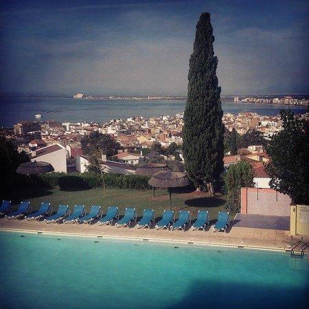 Grecs Hotel : Vue du restaurant ; piscine plage