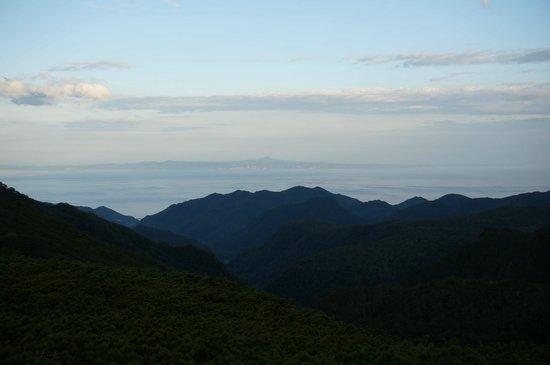 Rausudake: 羅臼側から羅臼岳に向かう道での国後島